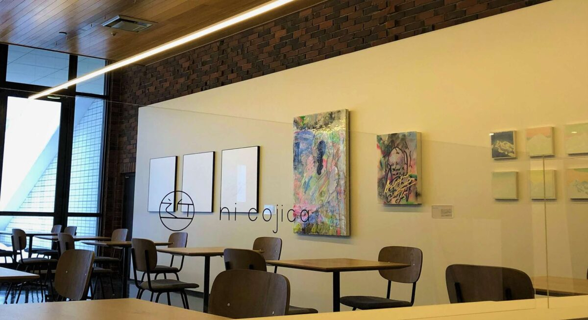 北海道立近代美術館カフェ「KINBInicojicaキンビニコジカ」店内